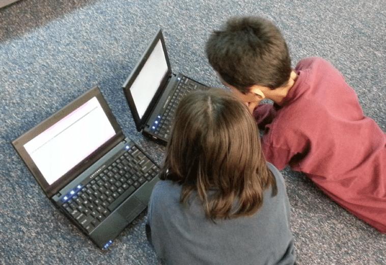 Деца гледају лаптопове