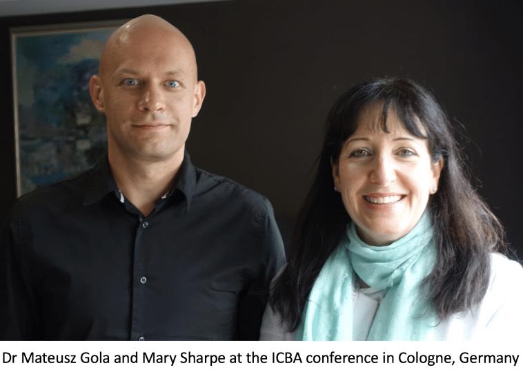 An Dr Mateusz Gola agus Mary Sharpe ag an gcomhdháil ICBA i Köln, an Ghearmáin